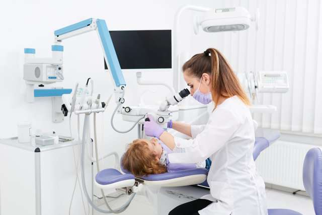 Как остановить кровь после удаления зуба (кровотечение): в домашних условиях, сколько идет, десна, мудрости, выдернули (вырвали), что делать