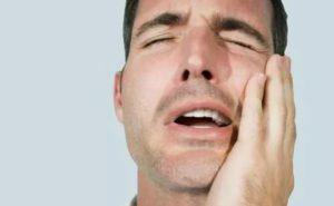 Белый налёт на десне после удаления зуба: причины, план действий