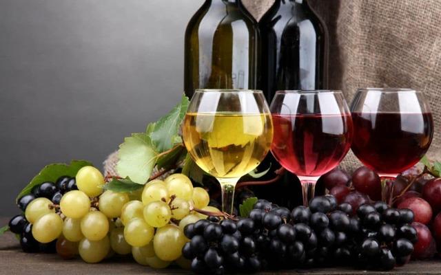 Можно ли пить алкогольные напитки в критические дни, и как это повлияет на их течение?