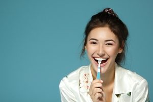 Чистка языка от налета в домашних условиях: как избавиться от белого налета, нужно ли