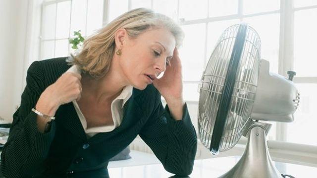 Сильно потею при климаксе: что делать и как избавиться от дискомфорта