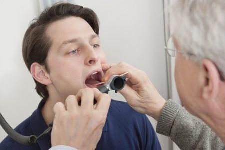 Откуда взялась сильная боль в горле: лечение, причины (может стоматит или зуб)