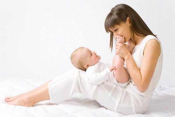 Месячные после родов при грудном вскармливании: когда, как начинаются менструации, можно ли продолжать кормить грудью, когда наладится цикл