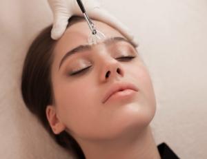 Нужно ли делать чистку лица перед пилингом: можно ли не делать, через сколько допустимо проводить карбоновый, салициловый пилинг, последовательность процедур, минимальные интервалы
