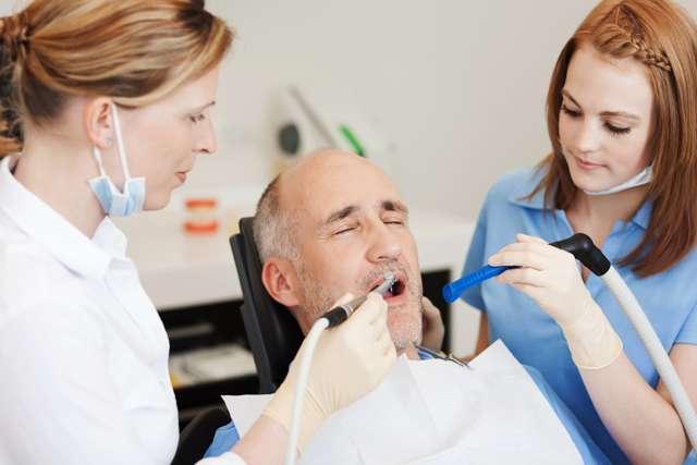 Что делать если болит зуб под пломбой — черные точки на зубе что это?