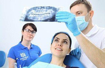 Опухла и болит десна в конце нижней челюсти (или верхней): причины и лечение