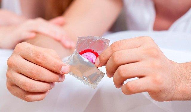 Можно ли забеременеть с презервативом, если он порвался, или через него?
