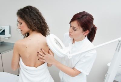 Сыпь на плечах и предплечьях в виде прыщей и красных пятен, причины