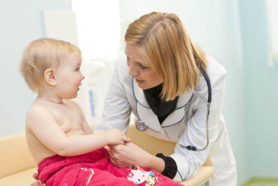 Белые выделения у новорожденных девочек: причины и что делать? Гигиена новорожденных девочек