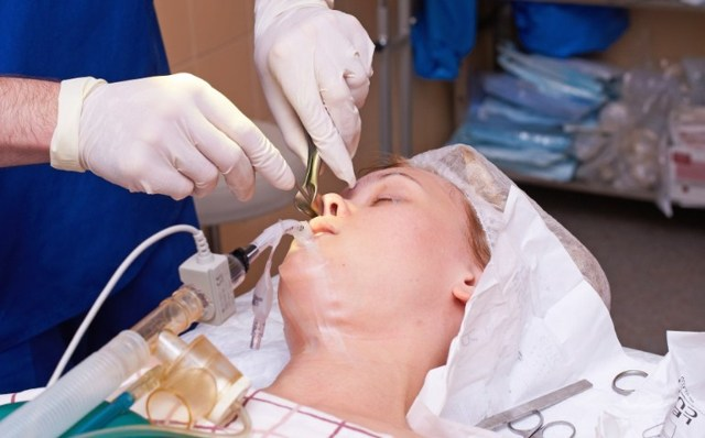 Ринопластика: как делают операцию на носу, под местной анестезией или общим наркозом она проходит, через сколько можно проводить повторную, какие этапы подготовки?