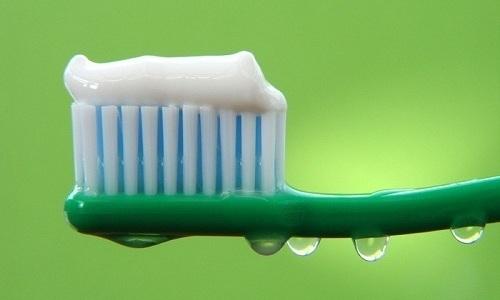 Можно ли мазать зубной пастой герпес на губах: состав, способ применения, особенности лечения (видео)