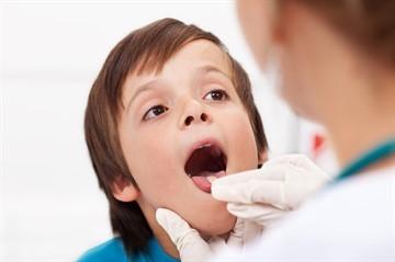 Стоматит в горле у ребенка: лечение медикаментозными и народными средствами