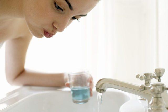 Нужно ли полоскать рот после чистки зубов