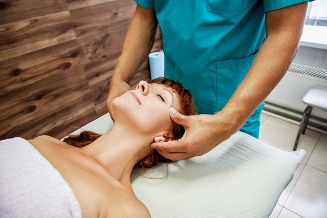 Массаж лица: существующие виды, польза, может ли массаж принести вред