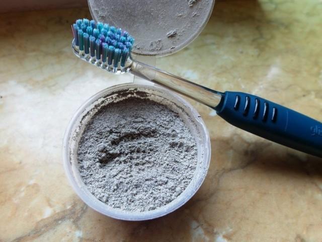 Чистка зубным порошком: вред или пользу приносит его применение?