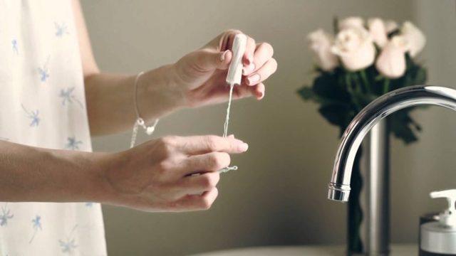 Как ходить в туалет с тампоном: правила использования