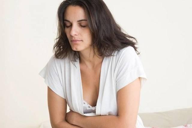 Кислый запах выделений у женщин без зуда, боли, белый цвет