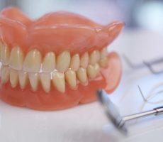 Почему коронки шатаются на зубах: причины и решение проблемы