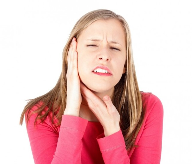 Что делать когда болит ухо и отдает в висок?
