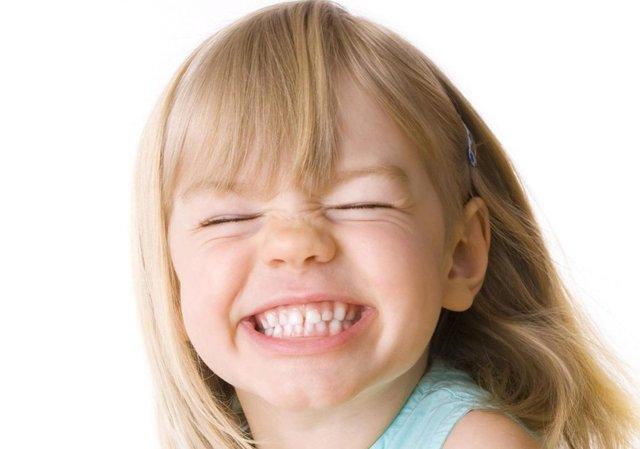Почему ребенок скрипит зубами днем в 8-10 месяцев, 1-2 года